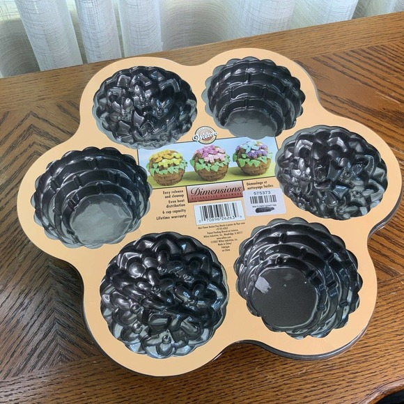 Wilton Dimensions Bundt Mini Flower Baskets Pan
